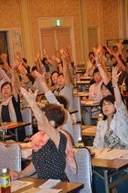 運動分野の実技指導で体を動かす参加者(29日、岡山市内で)