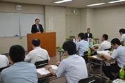 開講式で挨拶をする青江会長
