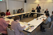 女性組織活性化に向けて意見を交わす青江会長と県女性協の運営委員(7日、岡山市で)