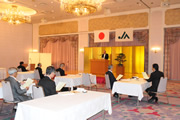 青江会長から感謝状を受けとる二摩前組合長(左)